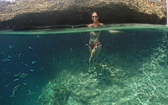 Amanda Djehdian exibe corpão em cenário paradisíaco