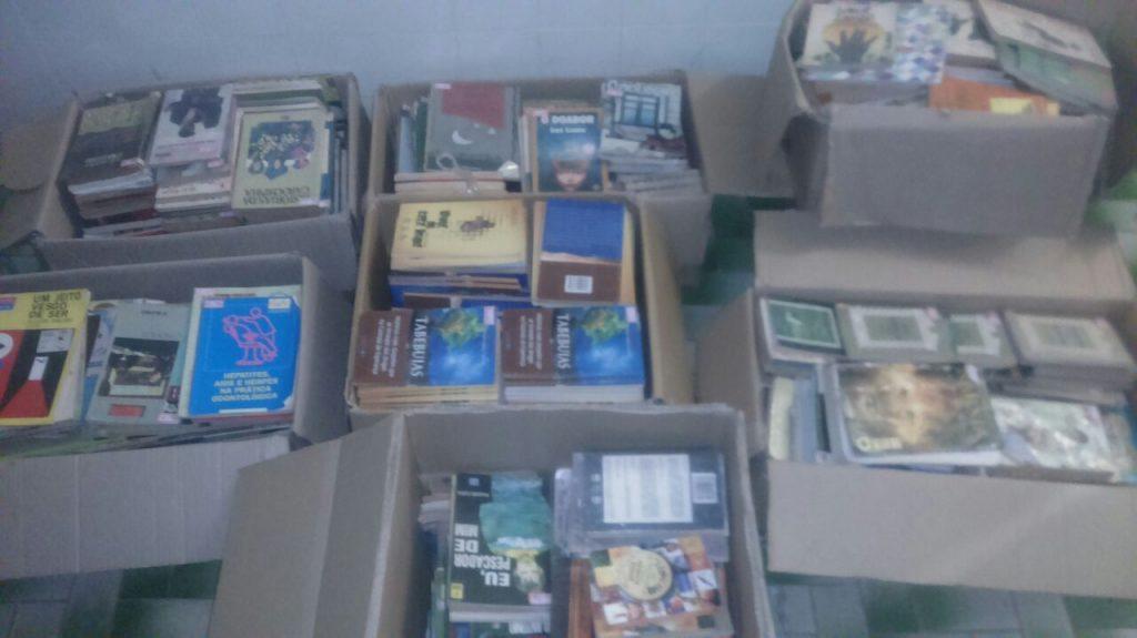 Colégio São Geraldo de Paraíso doa centenas de livros para o Projeto Geladeiroteca