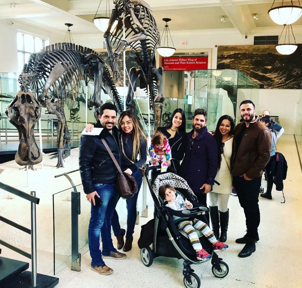 Edson, Hudson, Rodrigo Marim, Deia Cypri, Thayra Machado e Marcilia Luzbet visitam museu em Nova York