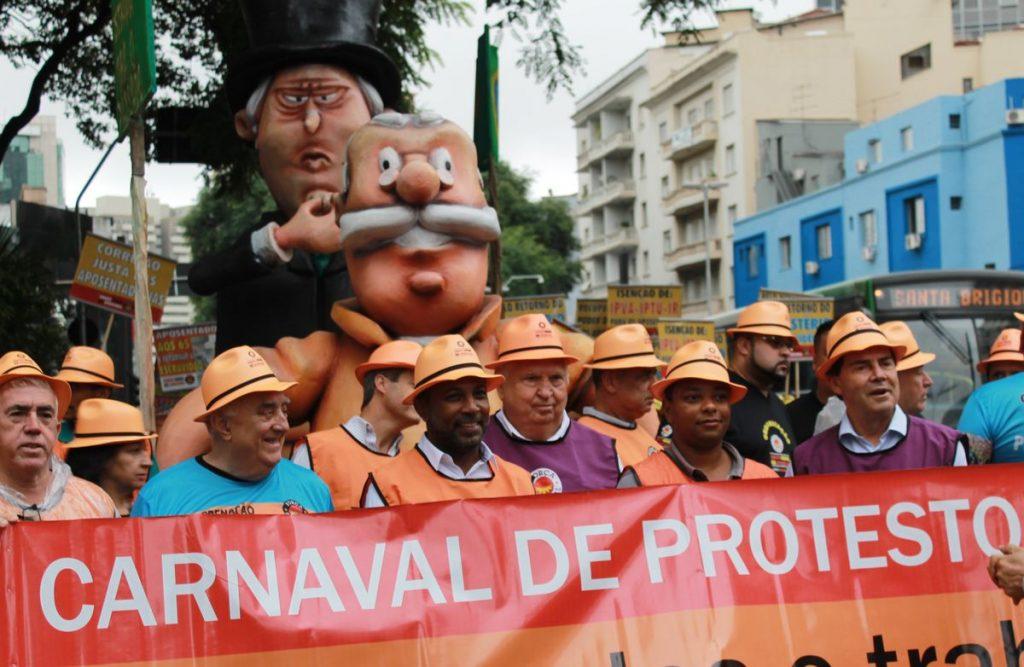 Aposentados realizam Carnaval de Protesto na Avenida Paulista