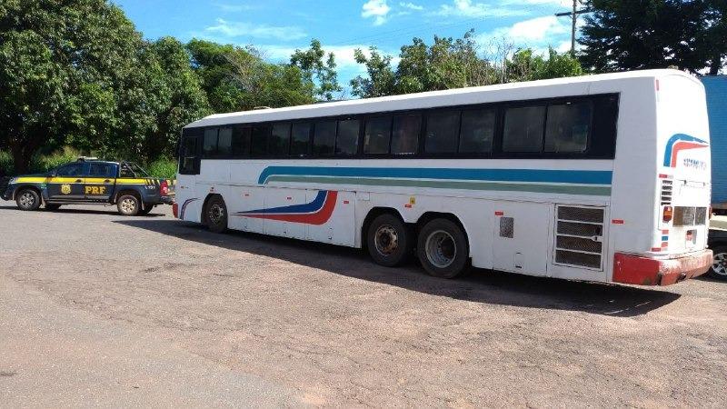 PRF intercepta ônibus em viagem clandestina e com CRLV falsificado