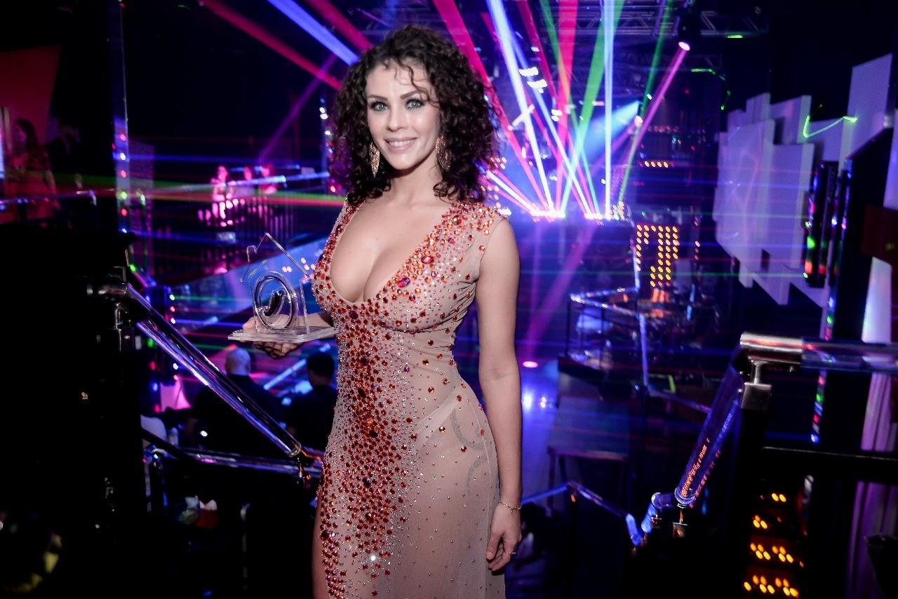 Com pedraria e transparência Marquieli Sigolin mostra a que veio e conquista 2º lugar em reality da revista Sexy