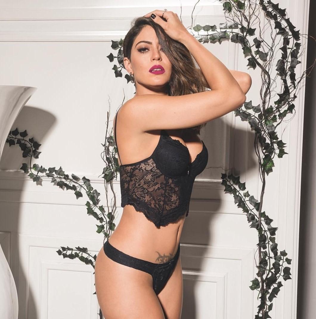 Carol Castro posta foto usando lingerie 2Rios