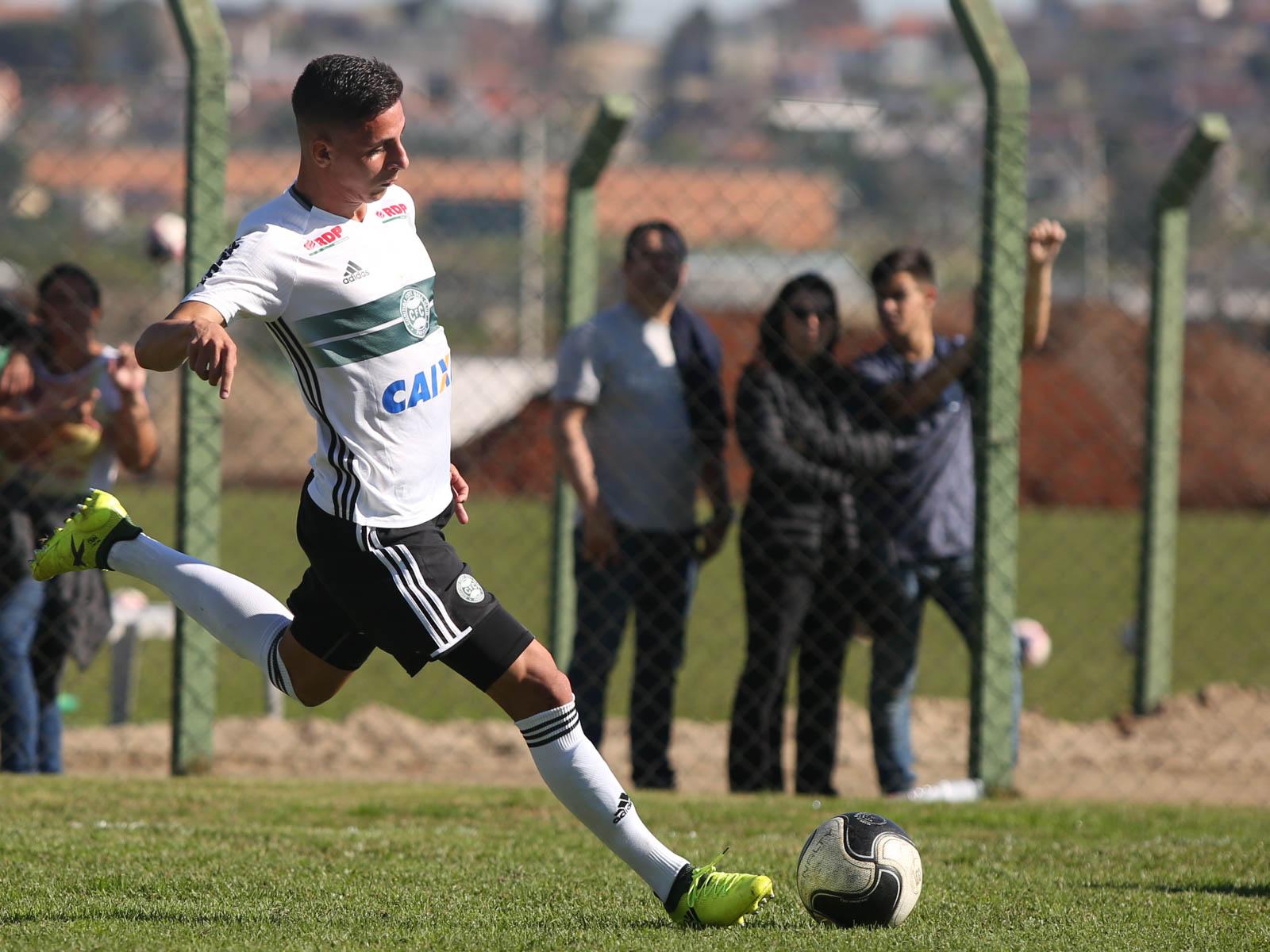 Capitão em triunfo do Coritiba, lateral Angelo Chaves celebra classificação no Campeonato Paranaense sub-17
