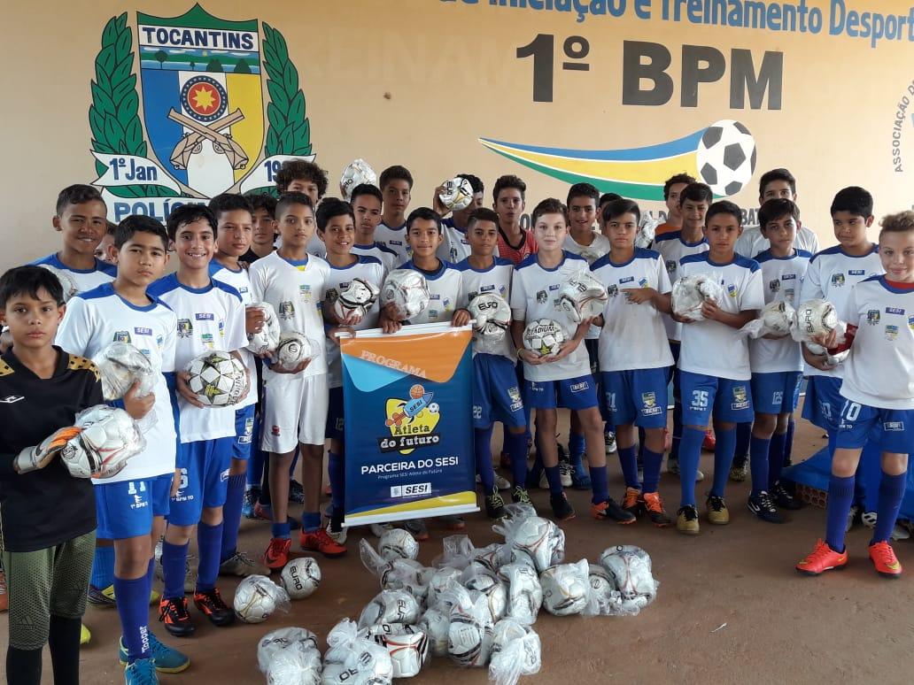 Escolinha de Futebol do 1º Batalhão da PM recebe doação de materiais esportivos em Palmas