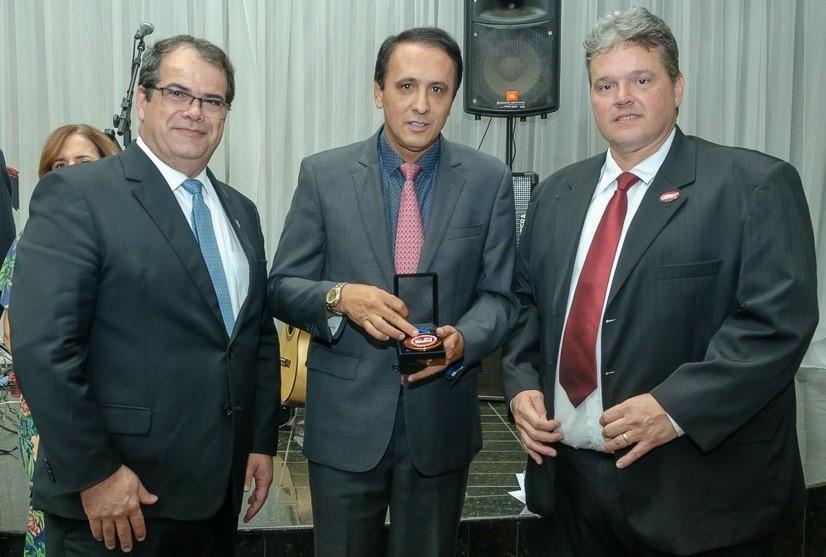 Gaguim e presidente do CFO recebem comenda por serviços prestados à classe odontológica