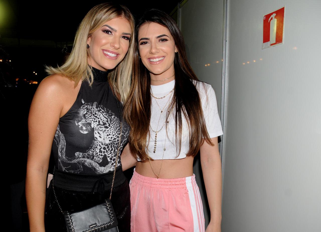 A dançarina e youtuber Lore Improta e Jade Magalhães, namorada de Luan Santana, circulam nos bastidores do Festival VillaMix Salvador