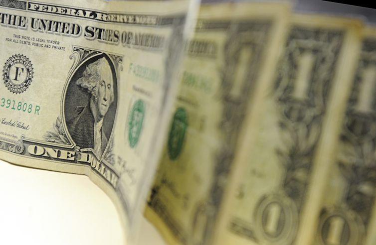 Dólar cai na semana e é vendido a R$ 5,32