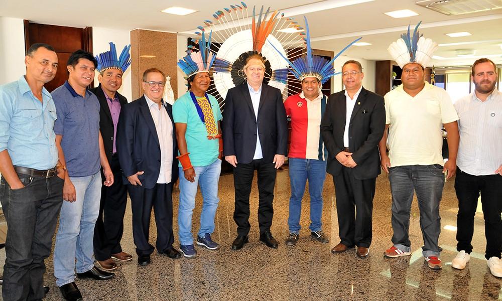 Governador Mauro Carlesse recebe visita de lideranças Karajá da Aldeia Fontoura