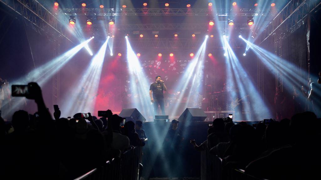 Zezo abre show na primeira noite do Arraiá da Capital e anima público presente