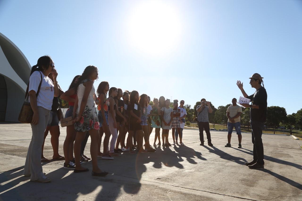 Agenda dos Jogos Estudantis promove visita de estudantes a pontos turísticos na Praça dos Girassóis