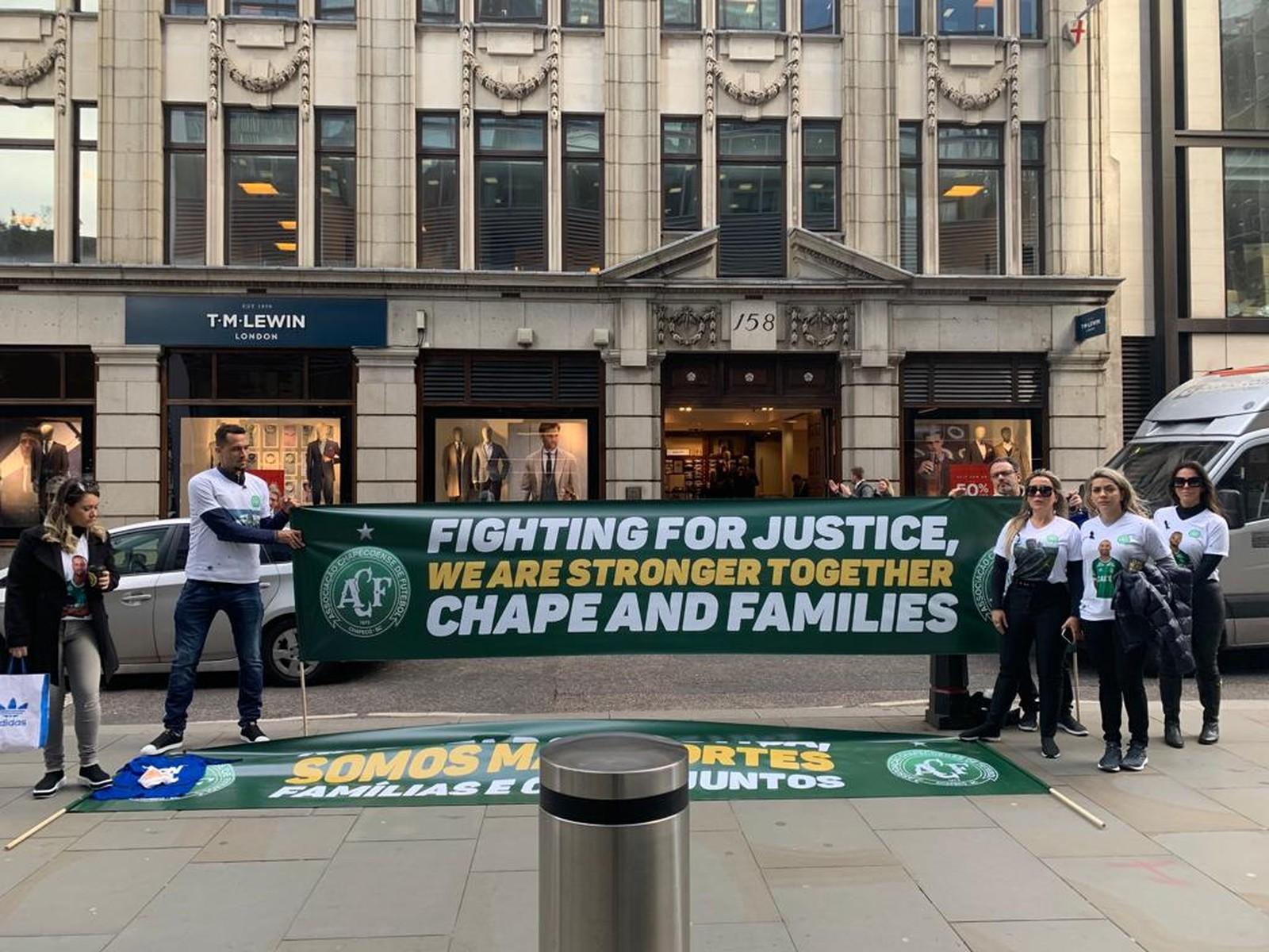 Em Londres, Neto e viúvas do acidente da Chape protestam em frente à seguradora por falta de indenizações