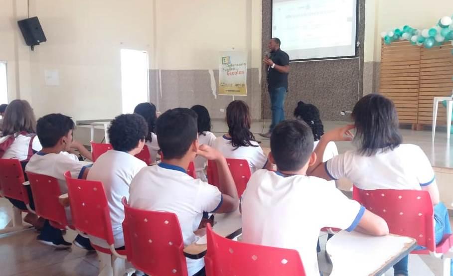 Palestra realizada na ETI Vinícius de Moraes pelo projeto 'Defensoria nas Escolas' aborda o tema 'A vida sem Drogas'