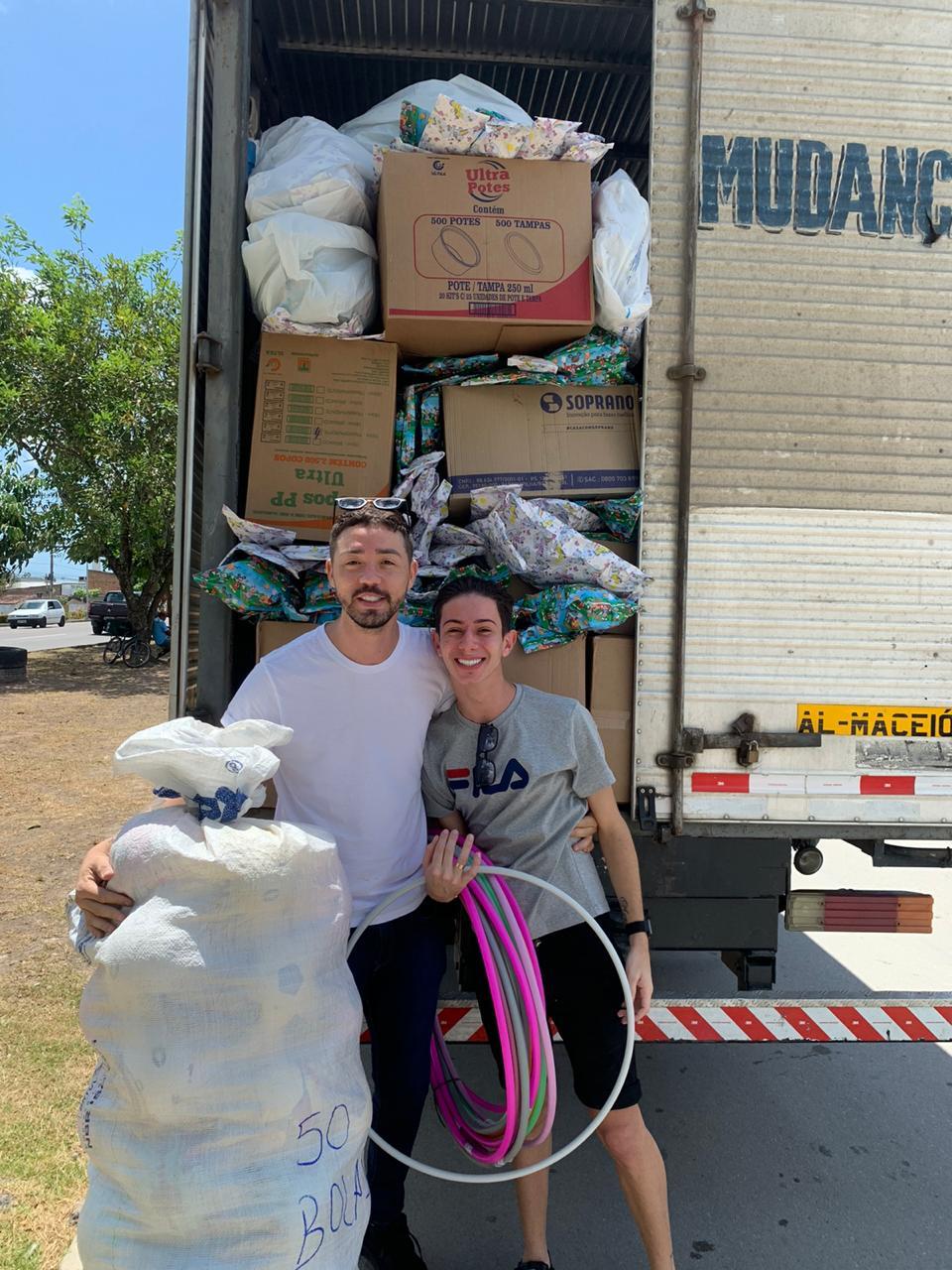 Influencers Davi Mateus e Rico Melquiades doam caminhão lotado de presentes e fazem a alegria no fim de semana do Dia das Crianças