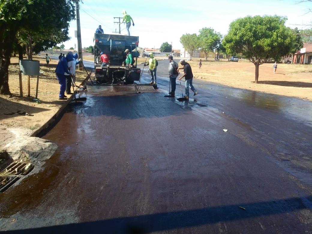 Esforço na estiagem para rejuvenescimento de pavimento, em Palmas, previne rupturas
