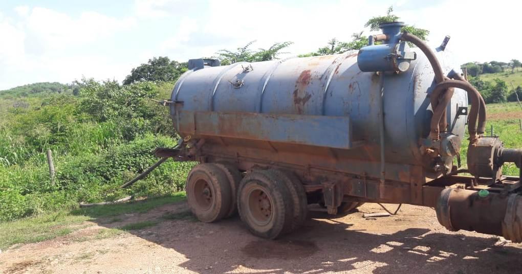 Polícia Civil prende motorista de caminhão limpa-fossa despejando detritos próximo a plantação de legumes em Arapoema
