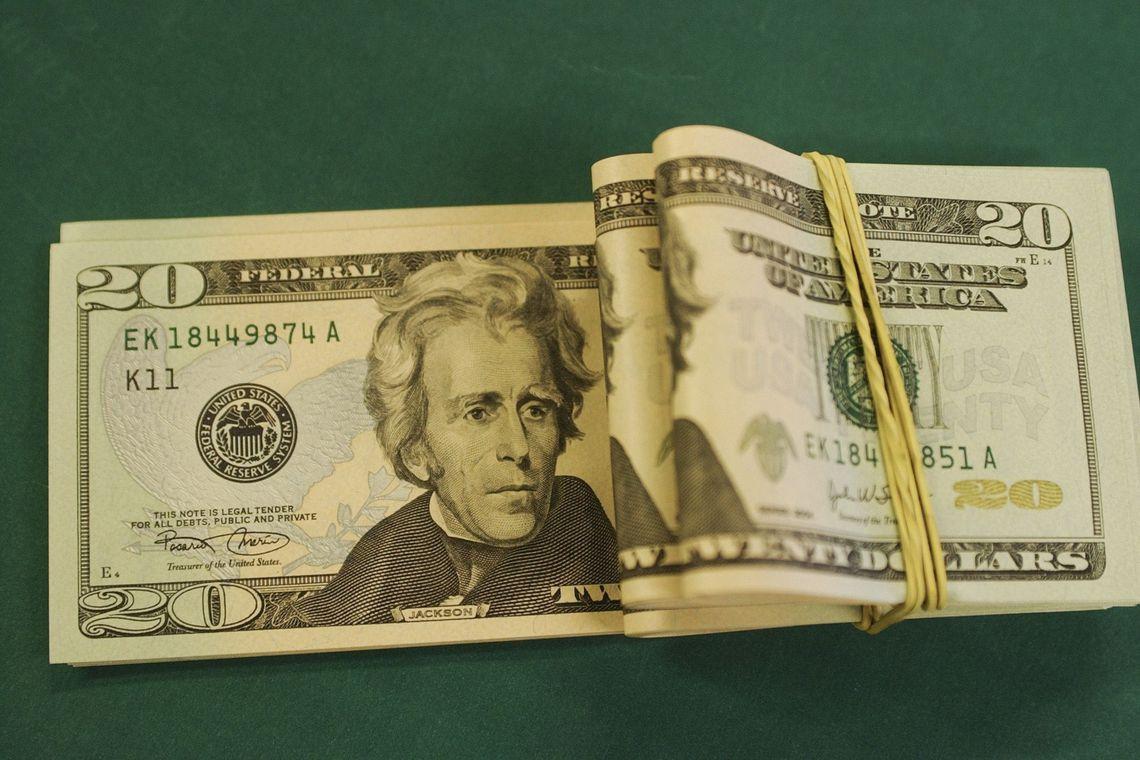 Dólar bate novo recorde e vai a R$ 4,44 com avanço do coronavírus
