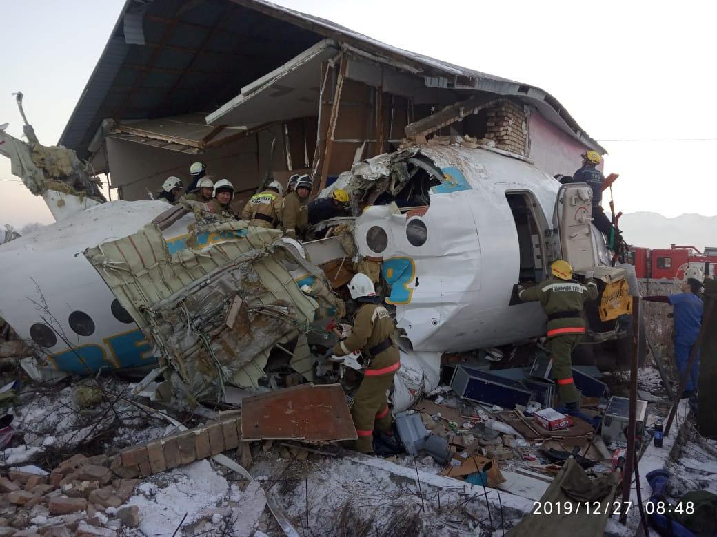 Nove crianças são resgatadas após queda de avião com 98 passageiros no Cazaquistão