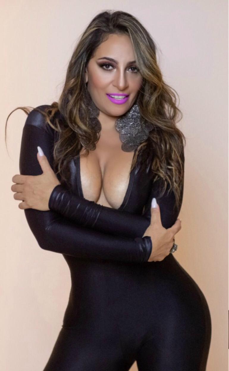 Alessandra Mattos leva decote ao limite em ensaio