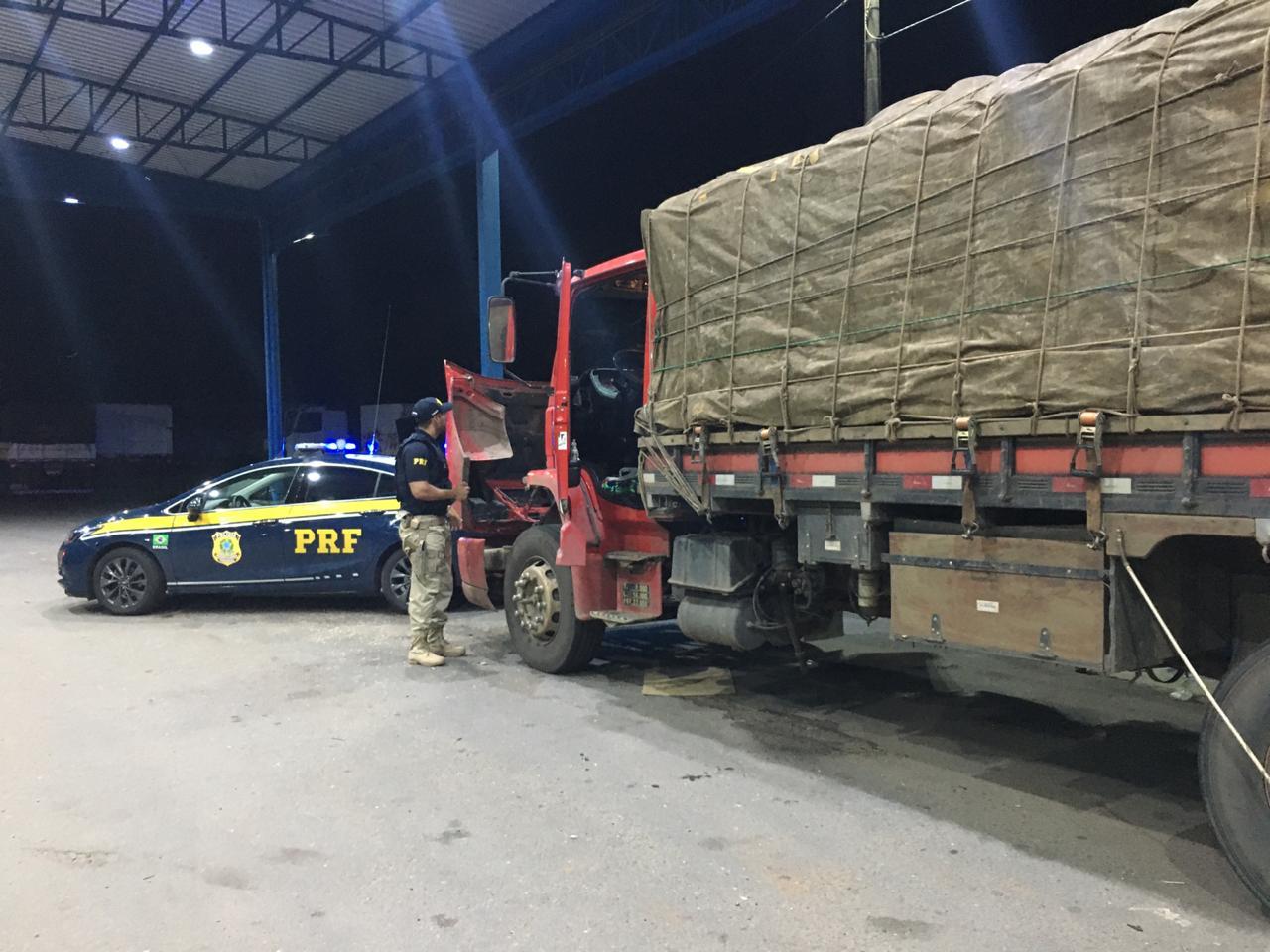 PRF apreende caminhão em Guaraí com motor e peças roubadas há 3 anos em São Paulo