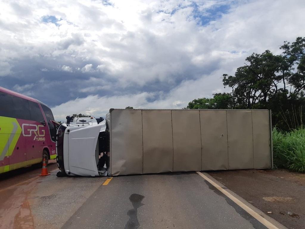 Motorista tenta desviar de cachorro, tomba caminhão e sai ileso na BR-153