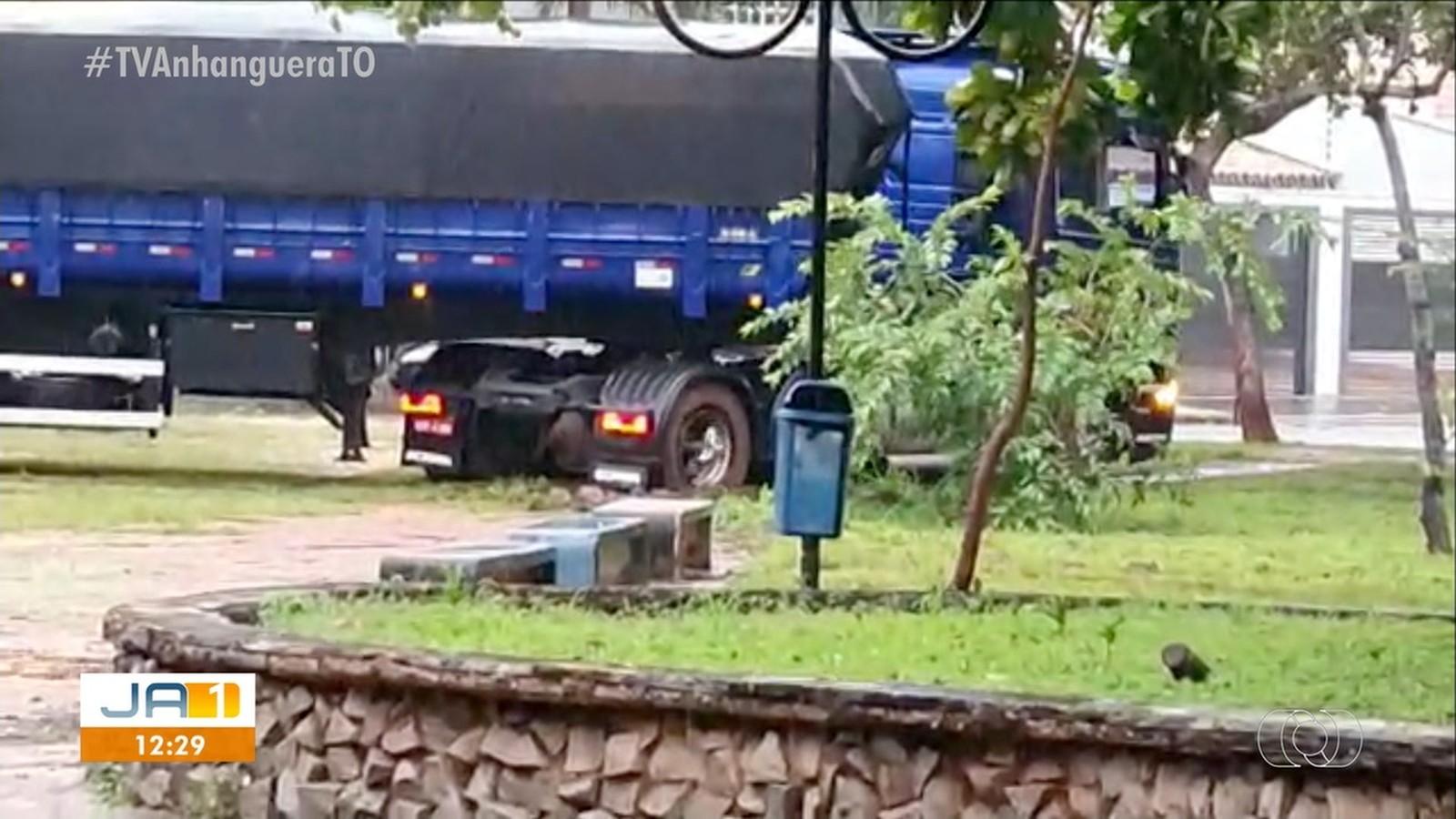 Caminhão atola em gramado de praça ao tentar atravessar pela calçada em Palmas
