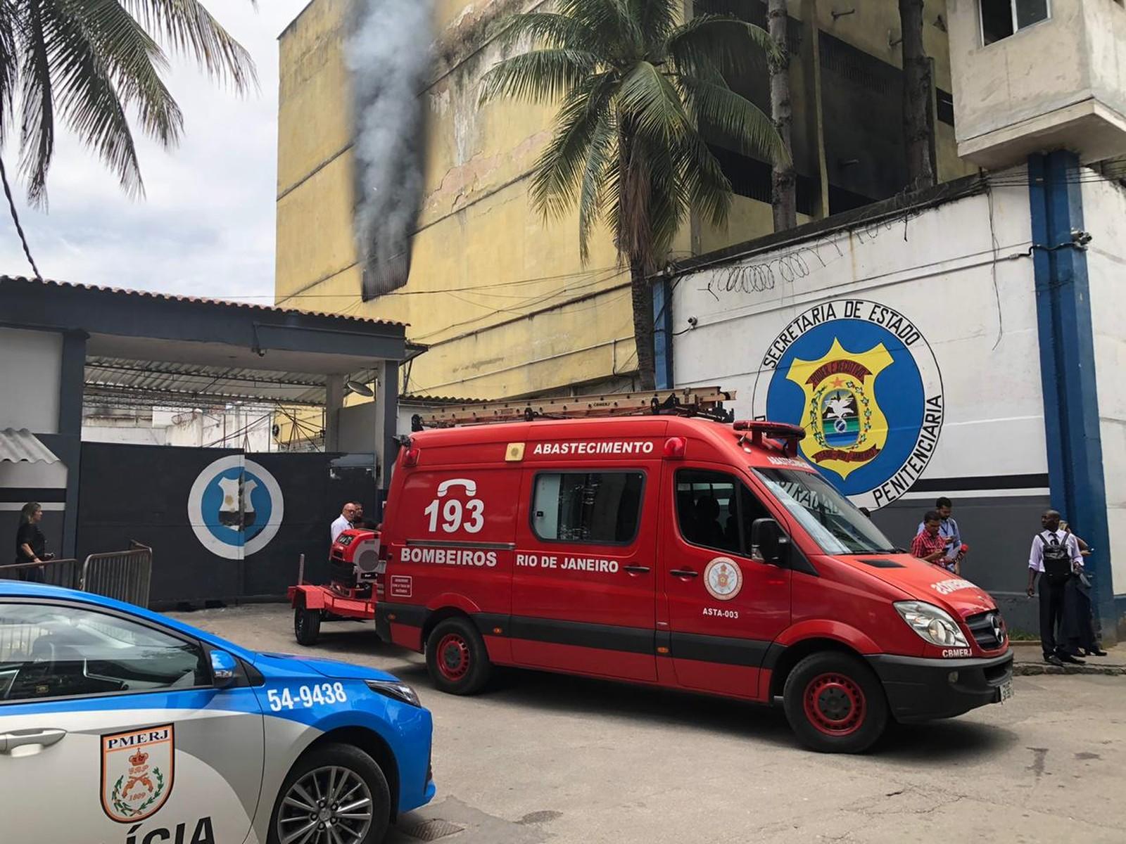 Incêndio atinge presídio em Benfica, na Zona Norte do Rio com aproximadamente 500 detentos