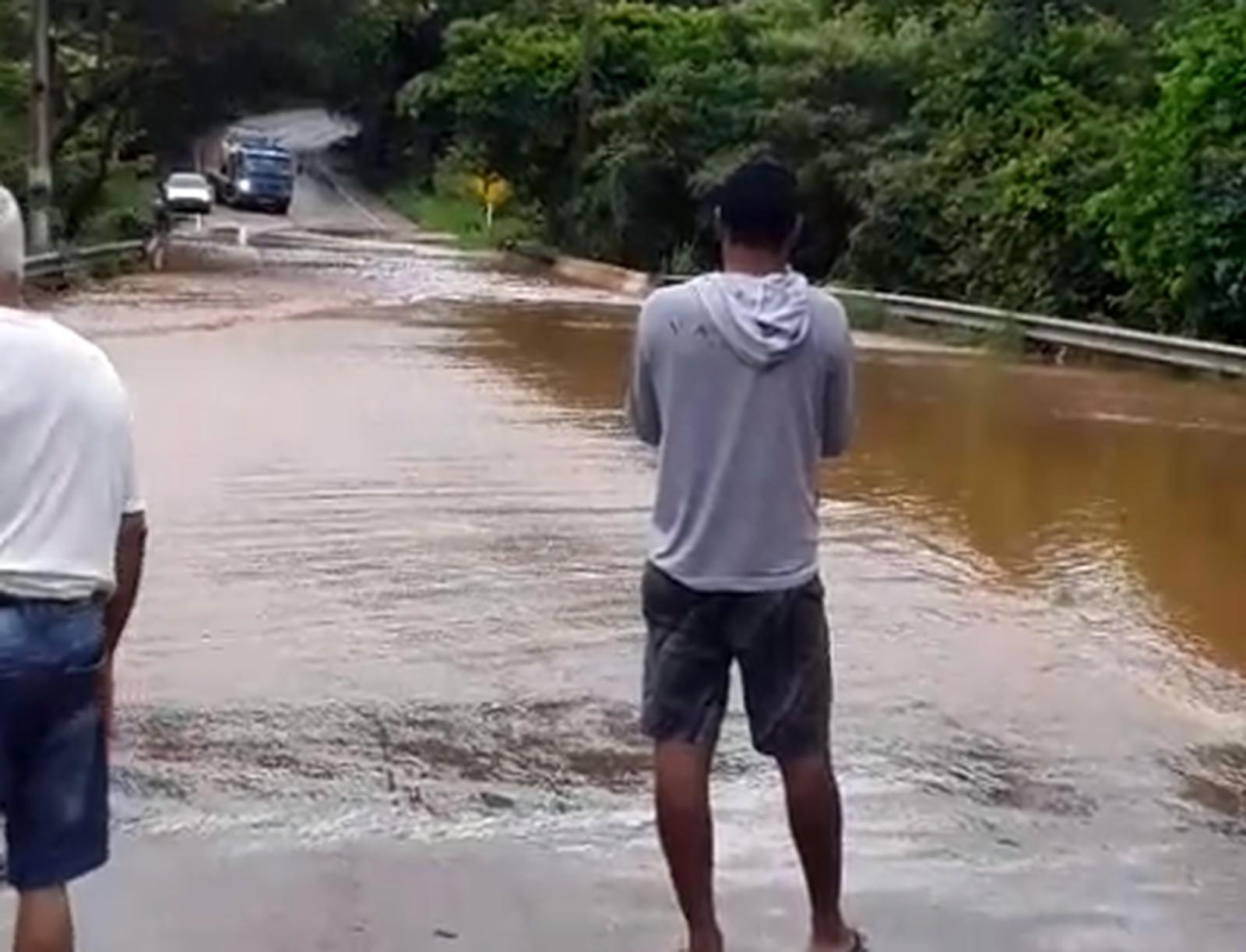 Córrego transborda após forte chuva e invade casa, centro espírita e rodovia em Taquaruçu