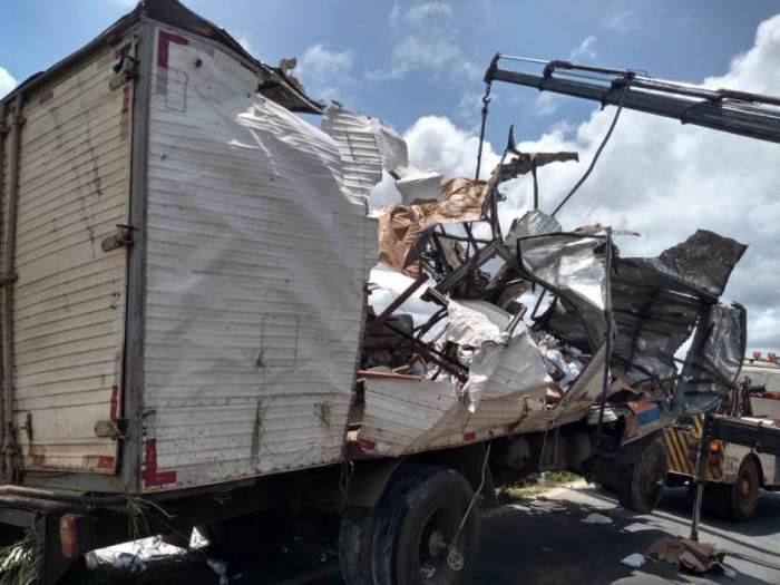 Caminhão com medicamentos capota na BR-153 e deixa motorista morto no norte do TO