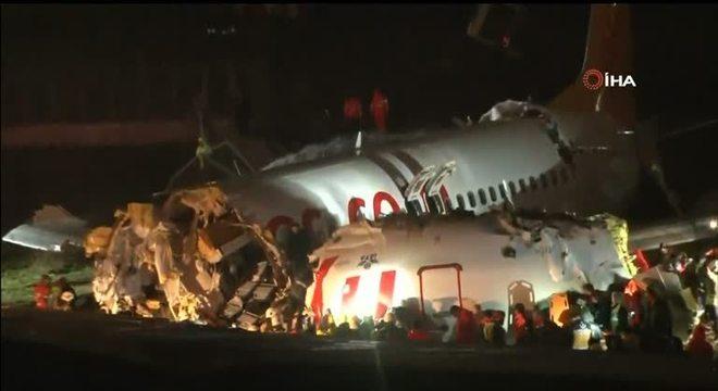 Avião sai da pista em aeroporto de Istambul e se parte em três