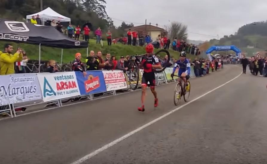 Ciclista desiste de ultrapassar rival que estava com bicicleta quebrada a 300 metros da chegada; VÍDEO