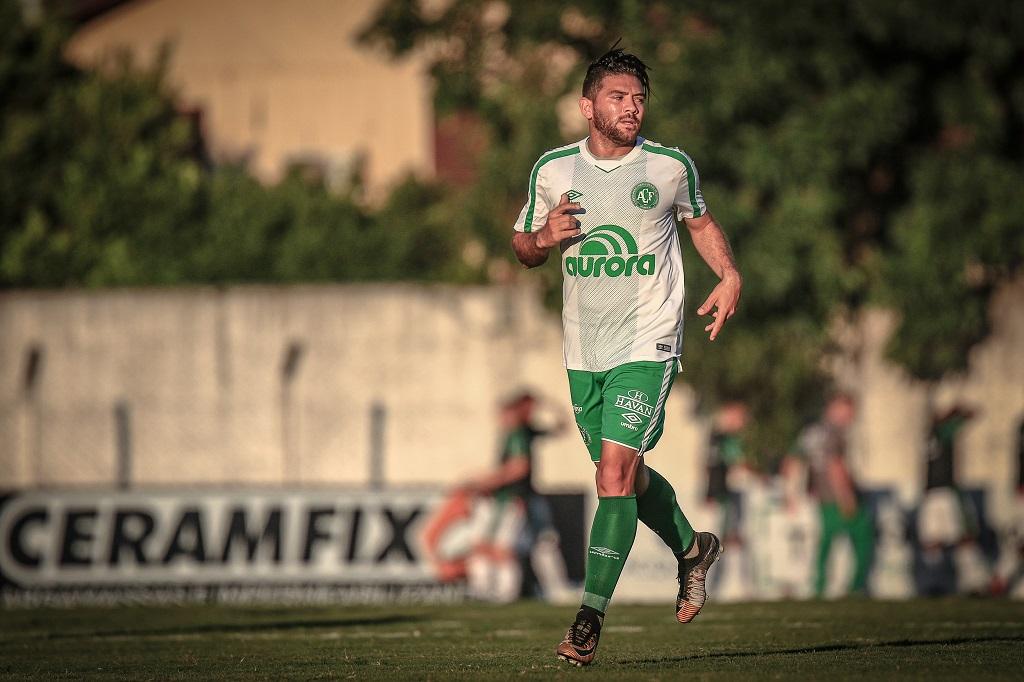Adaptado ao Brasil e livre no mercado, meia Diego Torres valoriza experiência na Chapecoense e ressalta desejo de permanecer no País