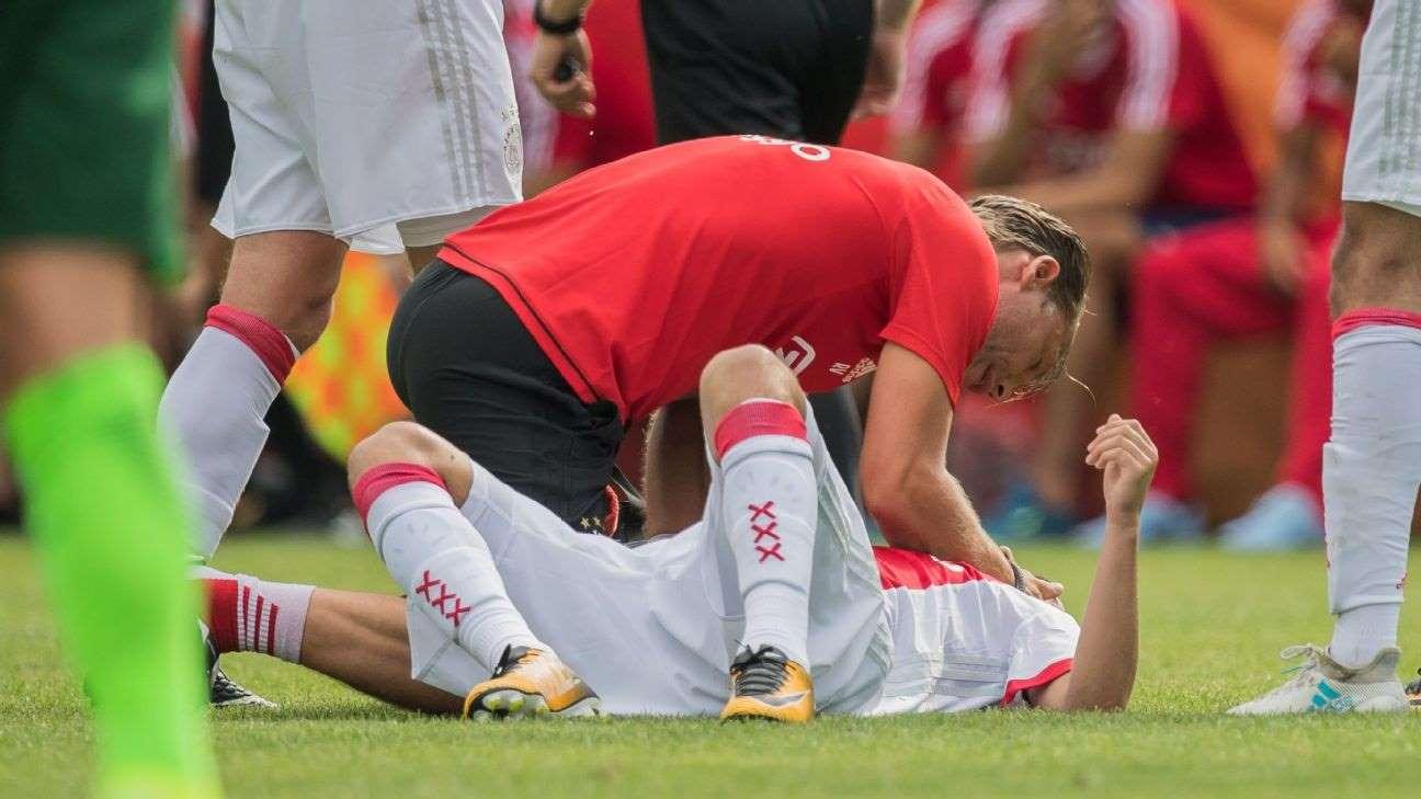 Jogador do Ajax que teve arritmia em campo acorda após 2 anos e 9 meses em coma