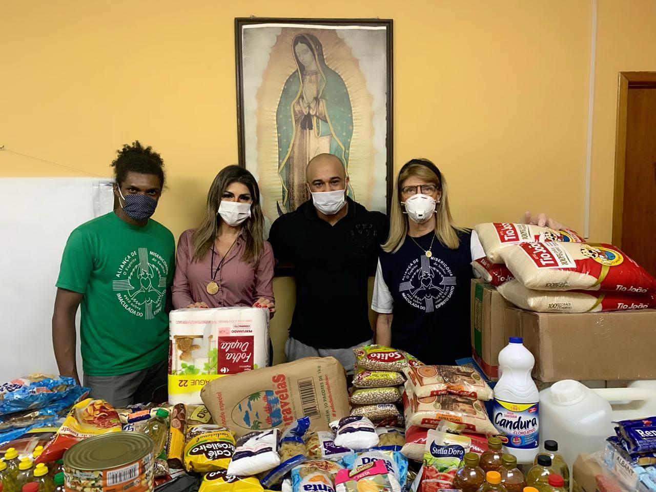 Vanessa Perez e Eduardo Machado entregam cestas para ONG em São Paulo