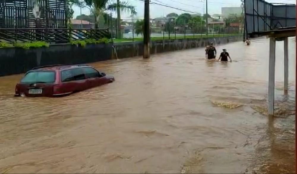Ruas do centro de Araguaína são alagadas por chuva forte