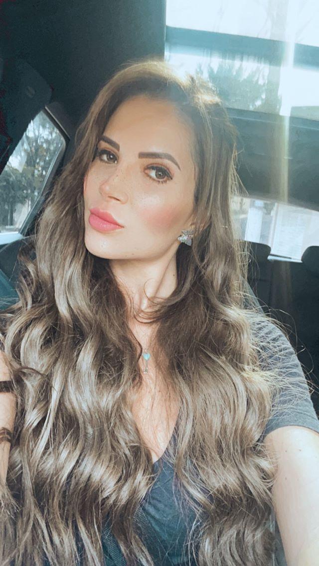 Carla Cristal muda visual e aparece morena nas redes sociais