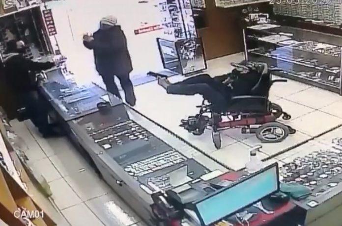 Vídeo: Cadeirante mudo é preso ao tentar assaltar relojoaria com pistola no pé, em Canela – RS