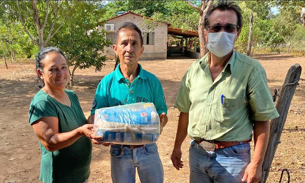 Mais de 460 famílias de produtores em Araguaçu e Sandolândia receberam cestas básicas do Governo do TO nesta terça
