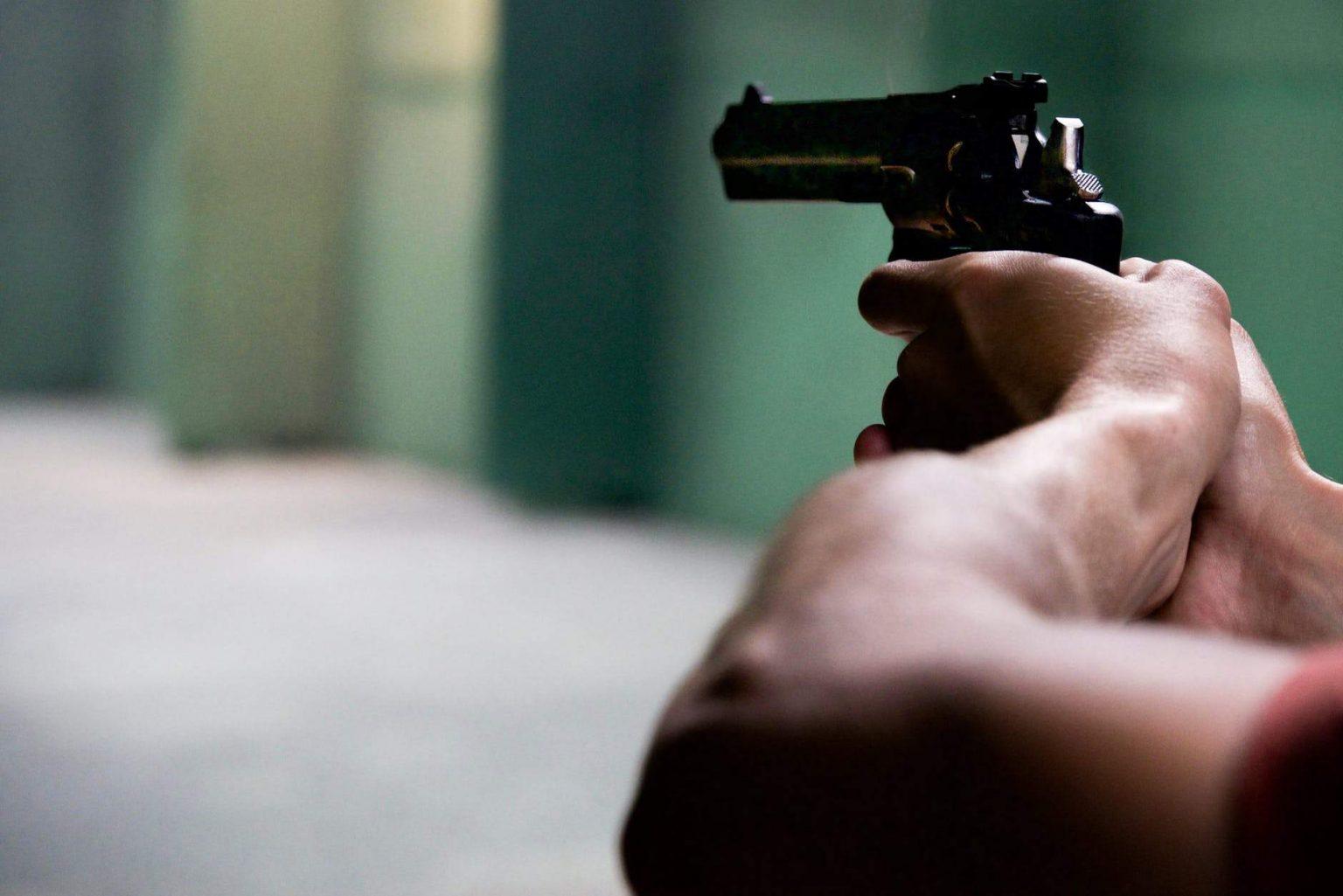 Por herança, filho atira 5 vezes contra a casa da mãe, em Curitiba