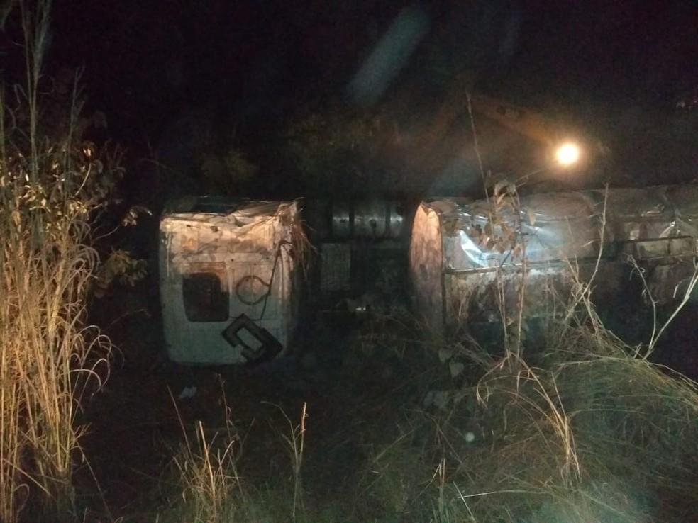 Caminhão-tanque capota e mulher morre em acidente na BR-153 ao sul do Estado