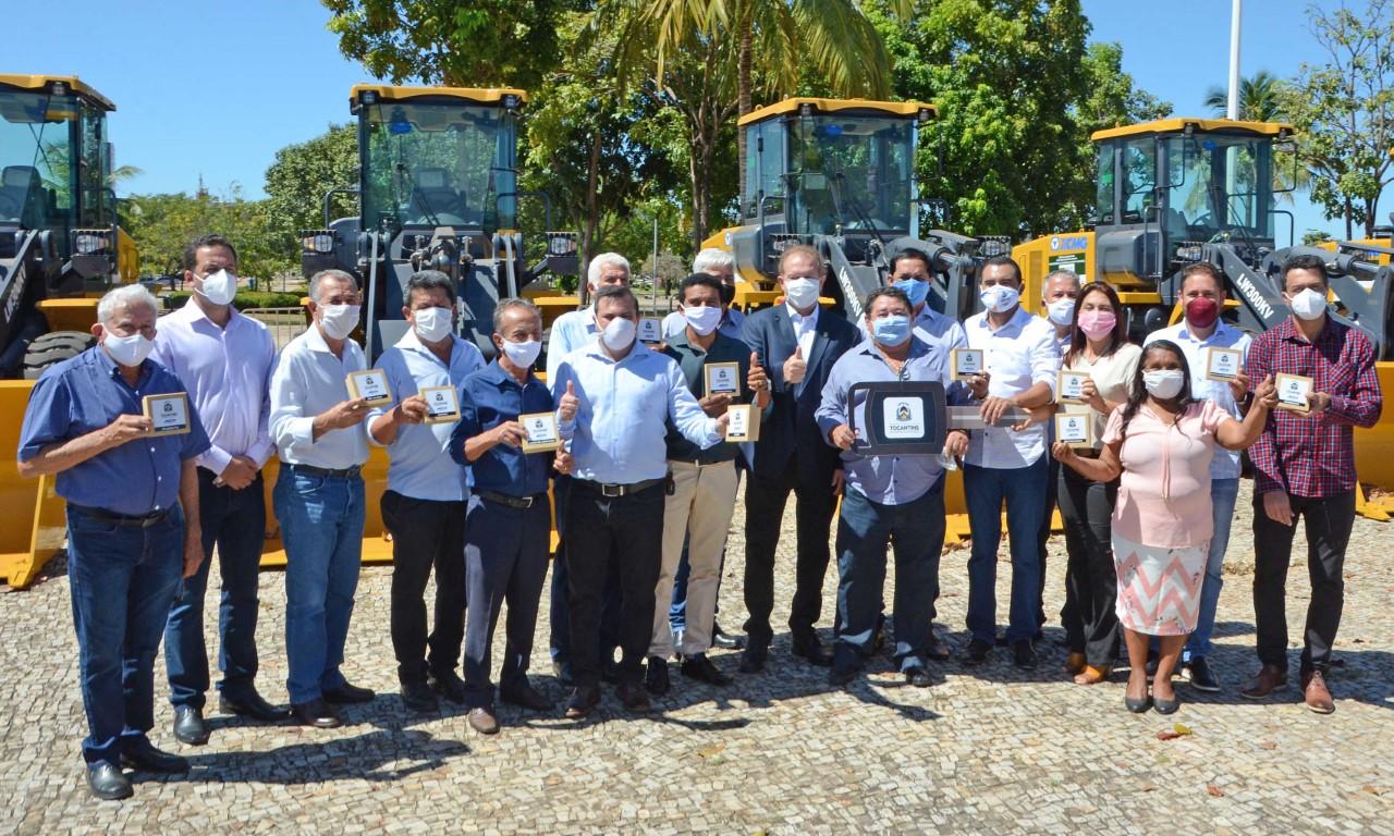 Governador Mauro Carlesse entrega conjunto de máquinas pesadas para mais 17 municípios nesta terça, 7