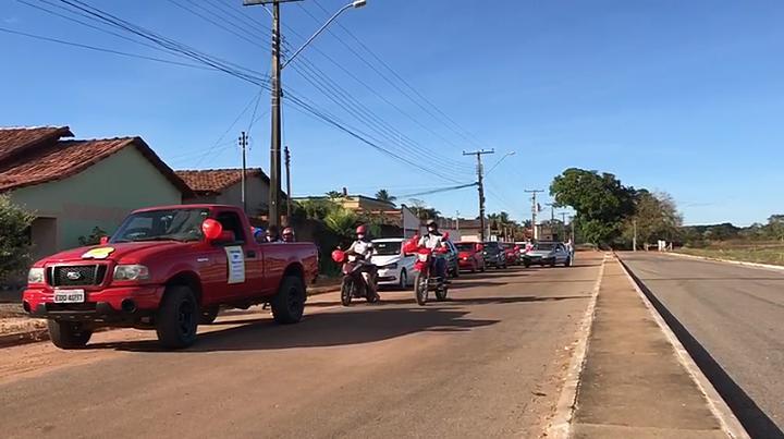 Escola estadual de Nova Rosalândia promove 'School Drive' para entregar cartas motivacionais de servidores a estudantes e familiares