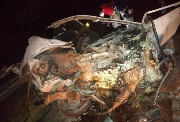 Acidente entre carro e caminhão deixa mulher gravemente ferida na BR-153