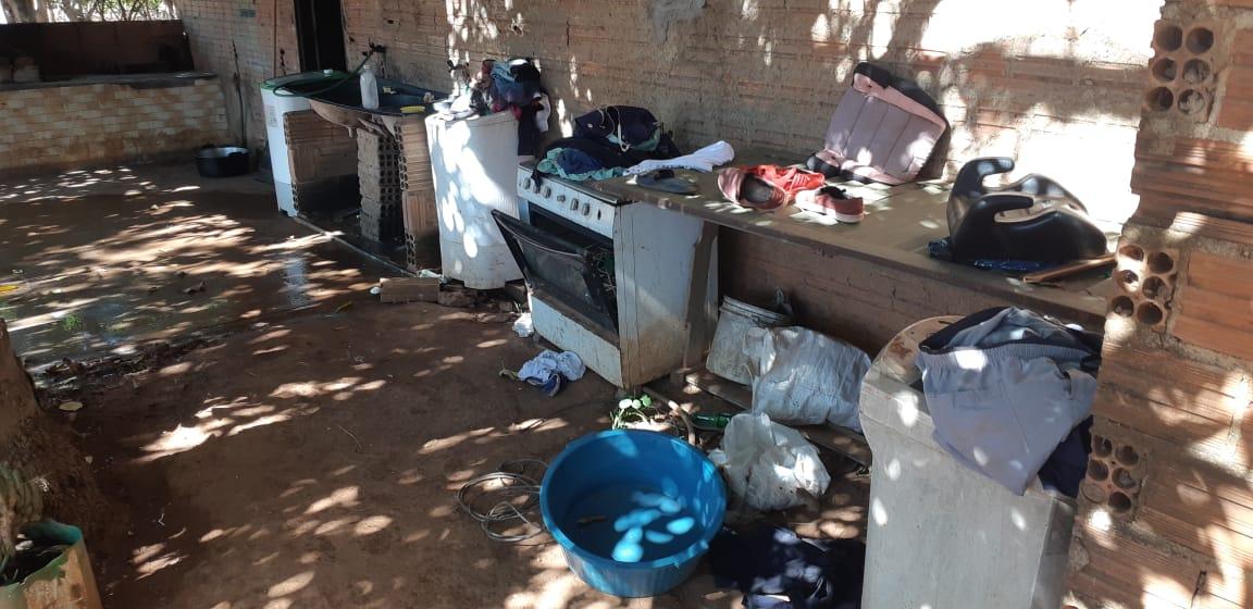 Polícia Civil encontra várias pessoas vivendo em alojamento precário em Luzimangues