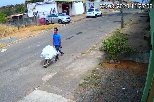 Vídeo: Homem parou para comprar cigarro enquanto carregava corpo em carrinho de mão, em Aparecida de Goiânia