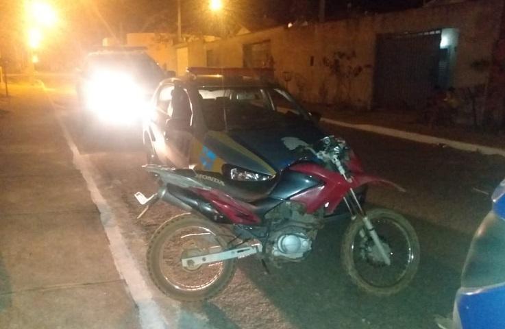 Dois suspeitos de vários roubos em Paraíso são presos pela PM e moto roubada é recuperada