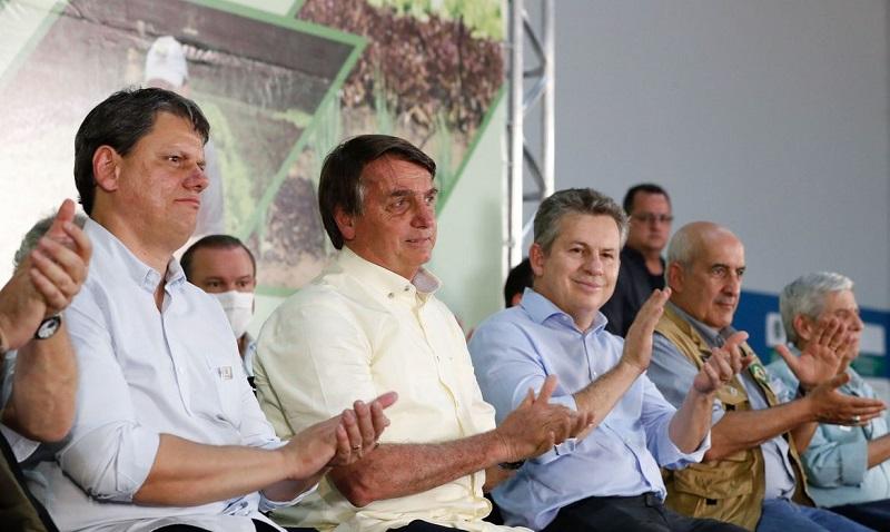 Bolsonaro entrega títulos de propriedade rural em Mato Grosso