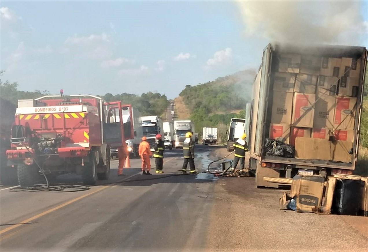 Carreta baú tem parte da carga destruída pelo fogo, entre Paraíso e Barrolândia