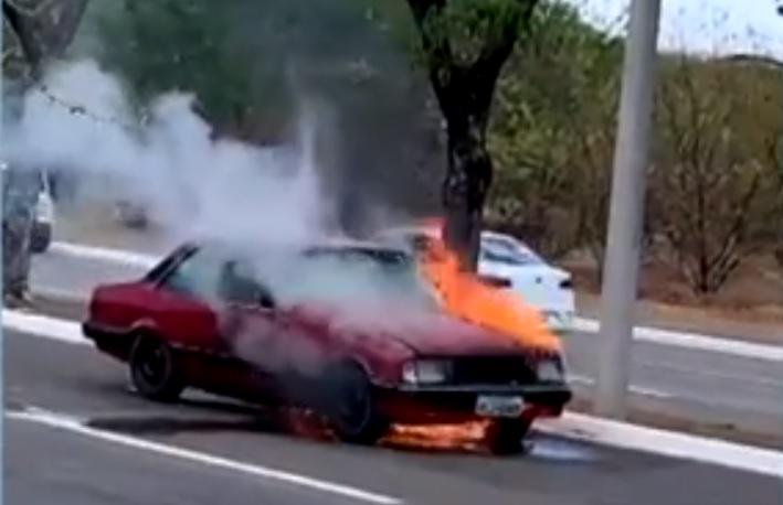 Carro fica destruído pelo fogo na região central de Palmas