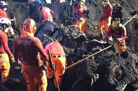 Bombeiros encontram caminhonete levada por lama em Brumadinho